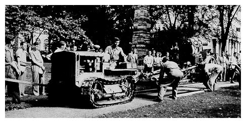 old black and white photograph of workersRemoving a World War I-era howitzer from Old Main lawn