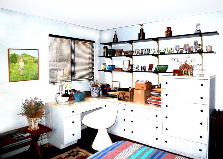 Kalin house, L-shaped work space in one bedroom